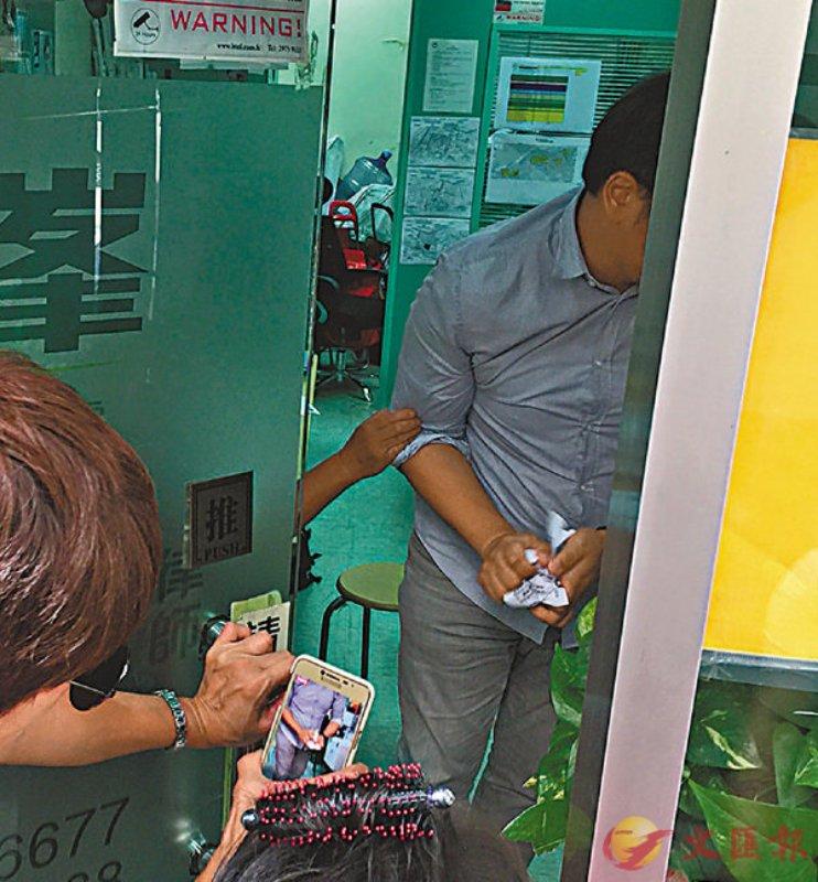 香港市民示威促「峯」辭職 議辦收信即撕