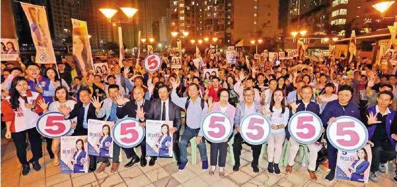 逾百支持者 風雨中撐陳凱欣