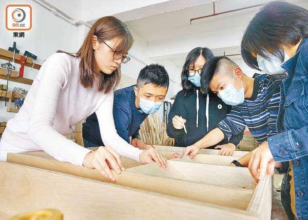 大學生以剩木為基層度身訂造傢俬