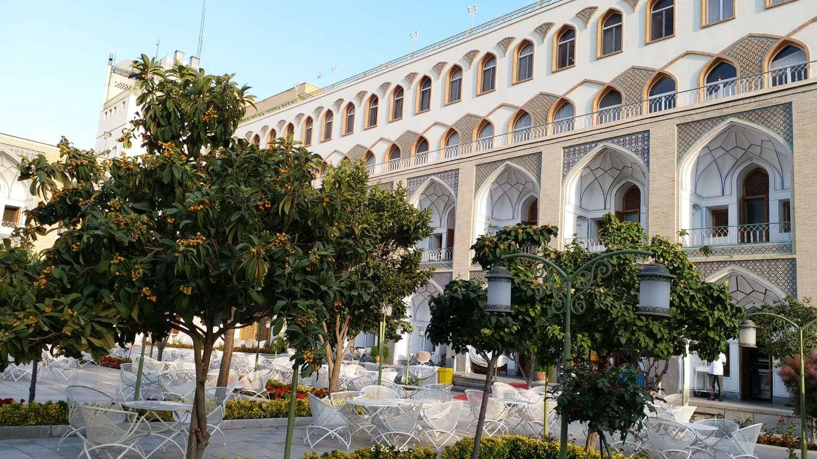 落後貧窮、知足樂觀和好客是伊朗的特色,主要景點是皇宫和回教寺