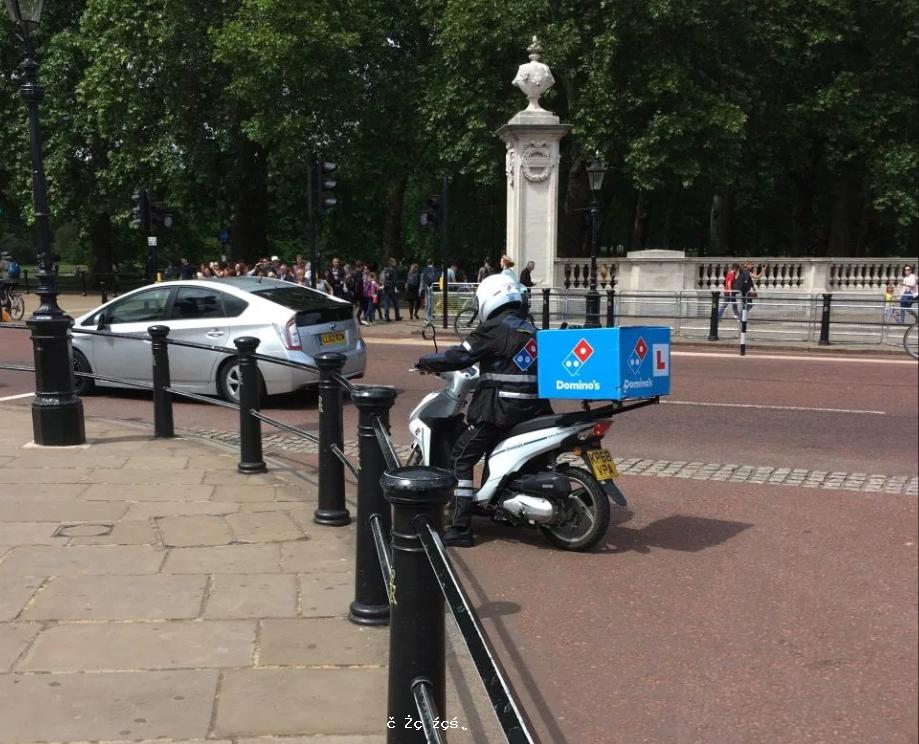 英國女王也點外賣?披薩送貨員被攔在白金漢宮門口