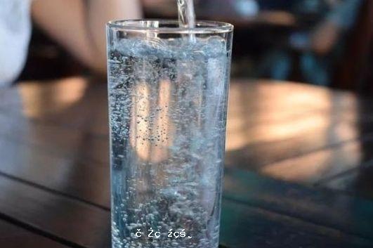 """每天要喝8杯水?原來""""被騙""""了這麽多年!這類人更要當心"""