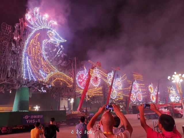 昨晚天安門廣場上的7棵巨型樹,為何會動又會放煙花?