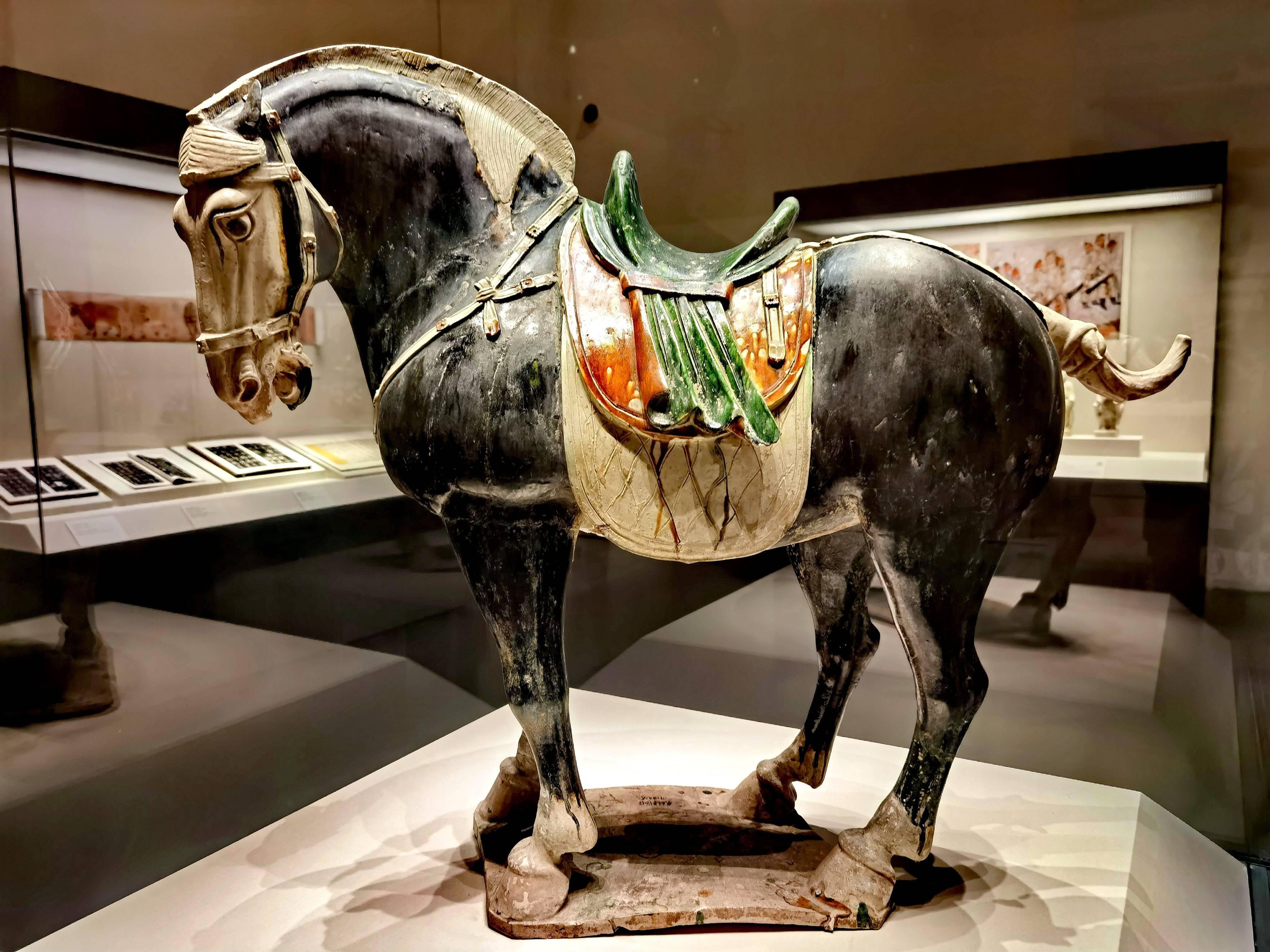 唐代貴族的豪華坐騎——三彩黑釉陶馬