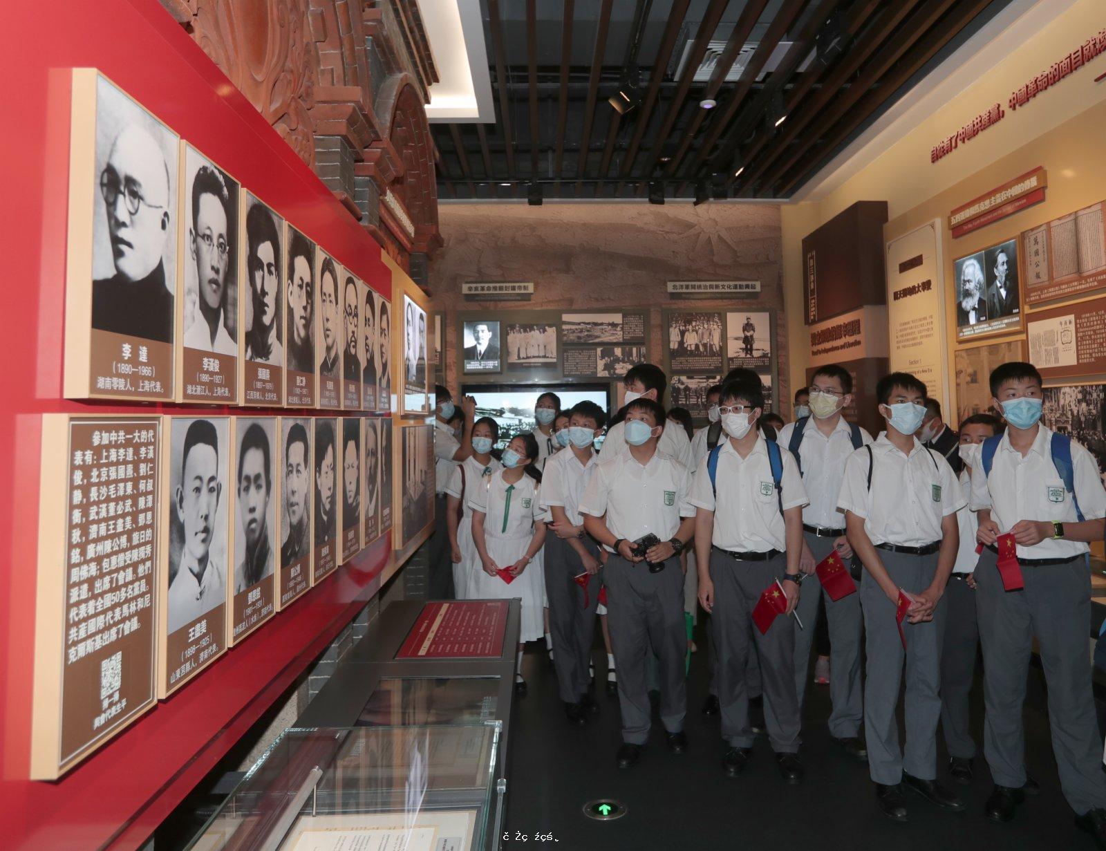 觀展慶國慶 厚植愛國情 百名師生市民走進駐港部隊展覽中心