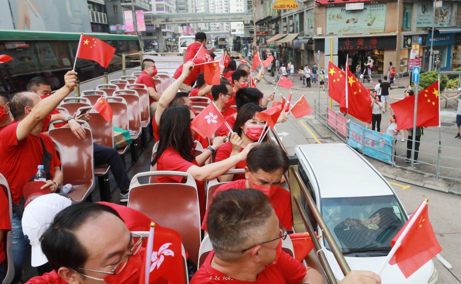 團體辦巴士巡遊賀國慶 愛國情深滿香江