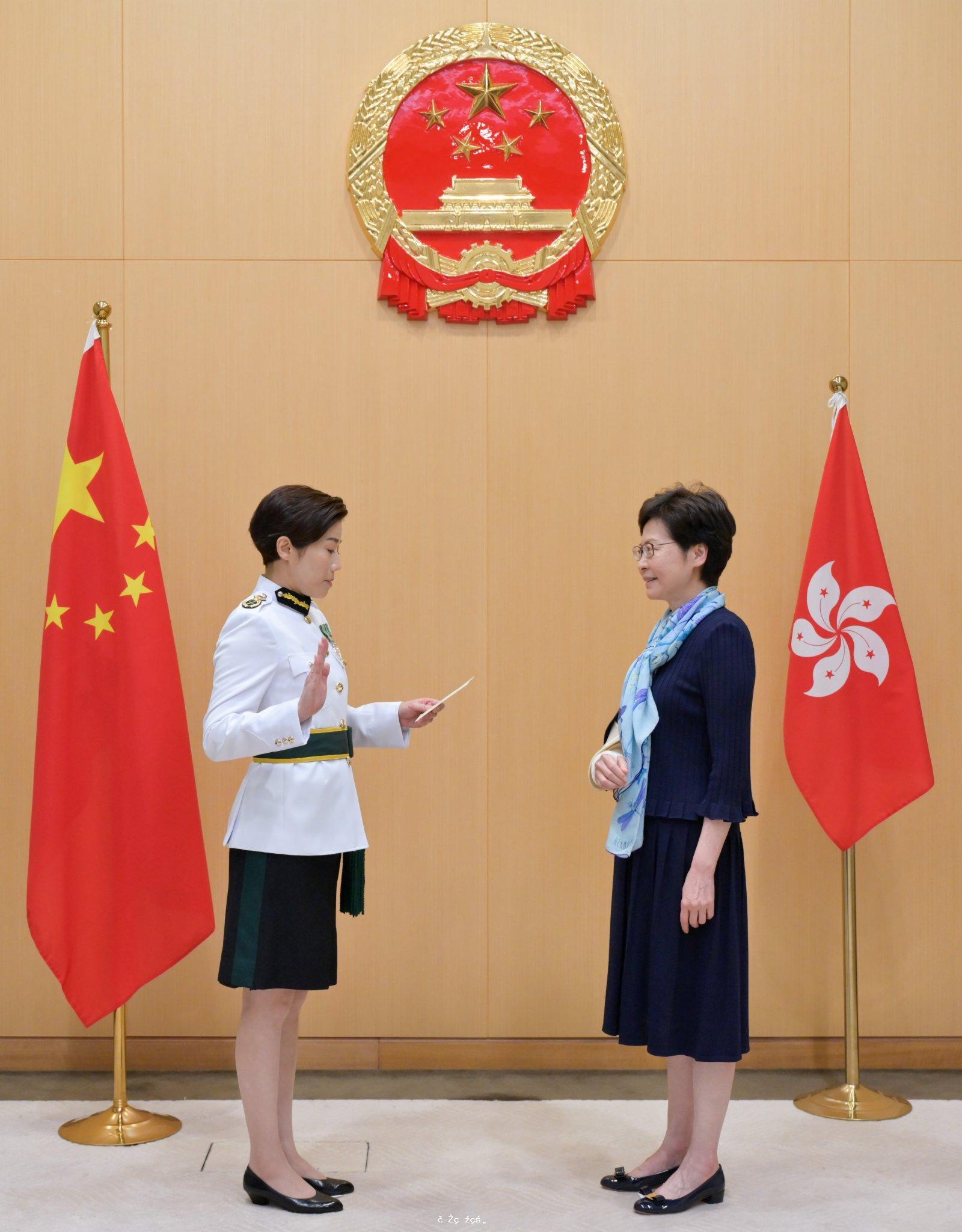 海關「一姐」何珮珊就任 宣誓背景首現國徽